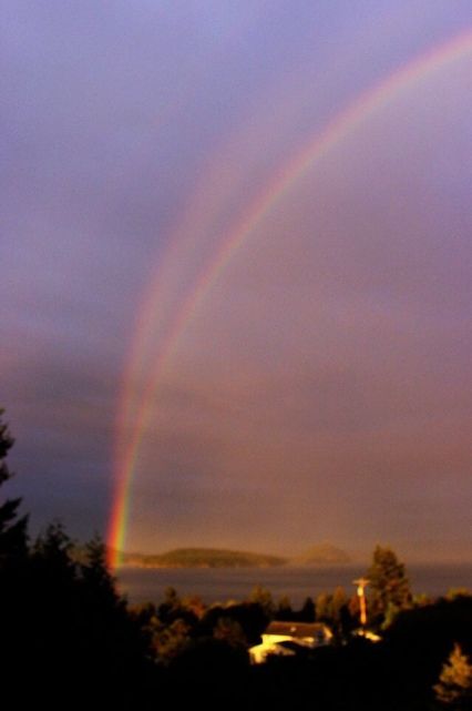 Note the reversed colours of the fainter upper rainbow.