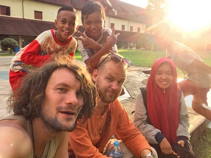 Especially local kids were more than keen to either interview us or take selfies. Quite the action!