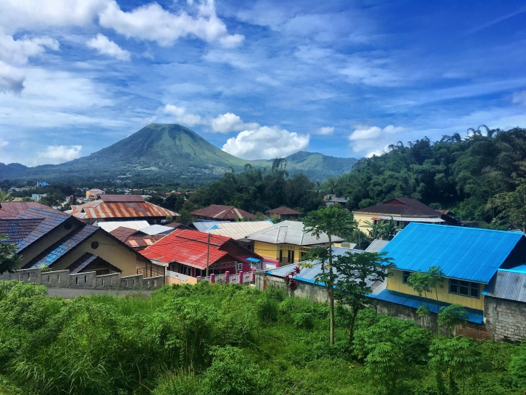 Sulawesi is all about volcanoes, lush green landscape and paradise islands – and then there are the ever-friendly locals: approachable and fun!